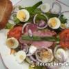 Sült tarja és főtt tojás salátaágyon