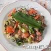 Medvehagymás zöldségtál tojással és virslivel