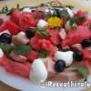 Mentás görögdinnye saláta pizzasonkával és mozzarellával