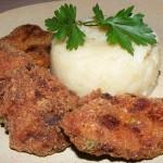 Fűszeres húspogácsák hagymás krumplival