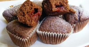 Málnalekvárral töltött csokoládés muffin