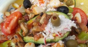Avokádó paradicsomos chilis kagylóval rákfarkos zöldséges ananászsalátával