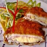 Bacönnel és sajttal töltött csirkemell rozsos bundában