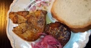 Brandyben áztatott sült libamáj lila hagymával fehér kenyérrel