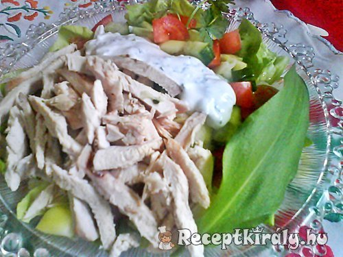 Csirkemell saláta medvehagymás joghurttal