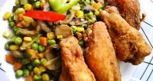 Csirkeszárnyak kukoricalisztbe forgatva