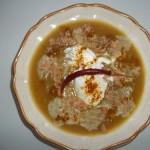 Currys cukkini krémleves tejföllel chilivel és Röstzwiebeln-vel 1