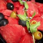Görögdinnyesaláta olívabogyóval Metaxaval 1