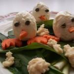 Húsvéti tojás csibék a havas fűben 1