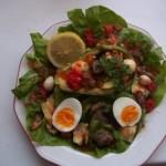 Kagylóval kaviárral ringlivel töltött avokádó tojással salátaágyon 1