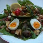 Kagylóval kaviárral ringlivel töltött avokádó tojással salátaágyon