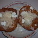 Lángos pizzasonkával tejföllel reszeltsajttal 1