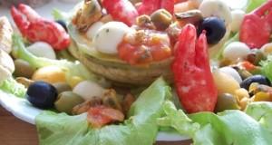 Sárgadinnye saláta babyrákollóval, paradicsomos kagylóval, mozzarellával, vodkával