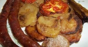 Sült kolbász krumpliágyon