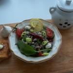 Saláta medvehagymával sprotnival mozzarellával olívával bruschettával 1