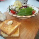 Saláta medvehagymával sprotnival mozzarellával olívával bruschettával 2