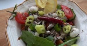 Saláta medvehagymával sprotnival mozzarellával olívával bruschettával