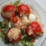 Tonhalkrémmel töltött paradicsom és tojás saláta ágyon 1