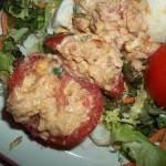 Tonhalkrémmel töltött paradicsom és tojás saláta ágyon 2