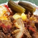 Vörösboros resztelt sertésmáj kakastaréjjal sós krumplival 1