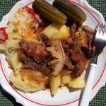Vörösboros resztelt sertésmáj kakastaréjjal sós krumplival