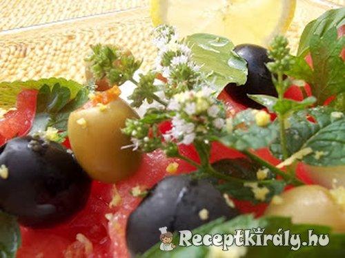 Vodkás görögdinnyesaláta mozarellával olívabogyókkal