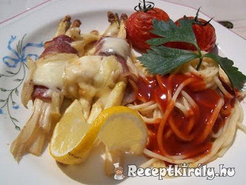 Baconba tekert fehér spárga chilis spagettivel