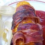 Baconba tekert sült kukorica ketchuppal és chili szósszal