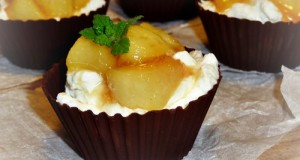 Csokoládékosárkák mascarponekrémmel és karamellizált őszibarackkal