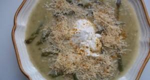Fehérboros cukkini zöldspárga krémleves reszelt sajttal