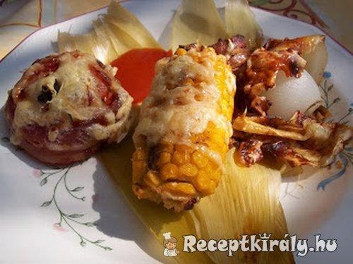 Kukoricacső baconba tekert paradicsommal és vöröshagymával sajtosan