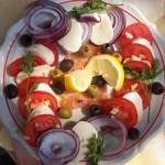 Lazacsaláta paradicsommal lilahagymával mozzarellával 2