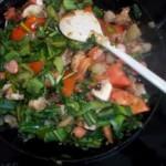 Medvehagymás zöldségtál tojással és virslivel 1