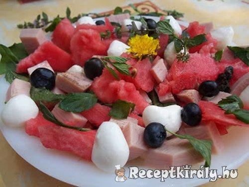 Mentás görögdinnyesaláta pizzasonkával és mozarellával