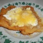 Fokhagymás tejfölös sajtos lángos 1