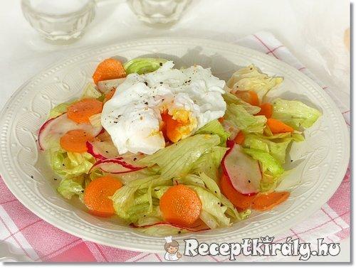 Saláta buggyantott tojással