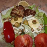Sült libamáj majonézes tojással saláta ágyon 1