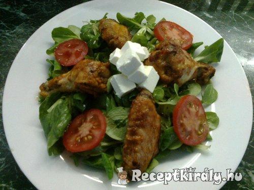 Pikáns csirkeszárnyak vitamin salátával