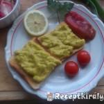 Chilis avokádókrémes toast retek salátával