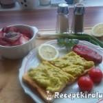 Chilis avokádókrémes toast retek salátával 2