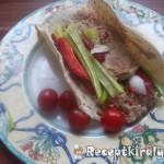 Hummus zöldségekkel pitában 1