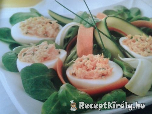 Töltött tojás salátaágyon