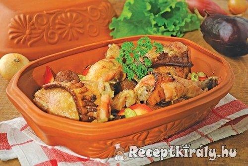 Pataki tálban sült csirkecombok zöldség ágyon
