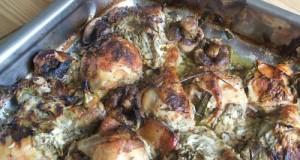 Csirke és gomba zöldfűszeres joghurtban sütve