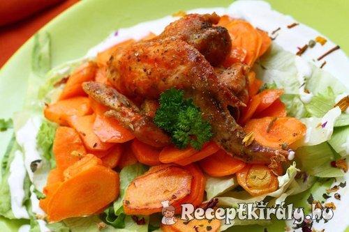 Sült csirke zöldség ágyon