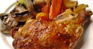 Csirkecombok zöldségágyon sütve