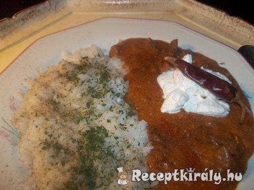 Vörösboros tejfölös zúzapörkölt petrezselymes rizzsel