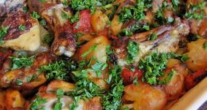 Ropogós csirkecombok újburgonyával és paradicsommal