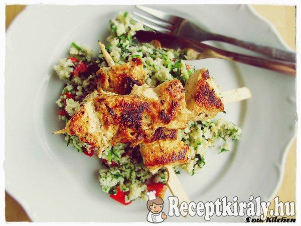 Joghurtos-fokhagymás csirkenyárs zöldséges kuszkusszal