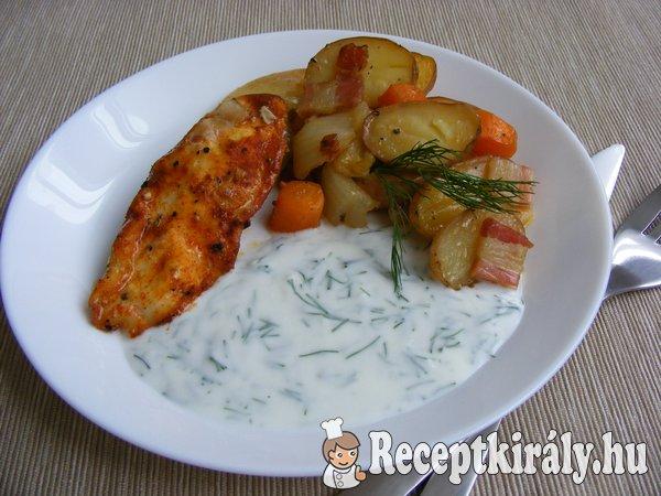 Zöldségeken sült csirkemell, kapros-fokhagymás joghurttal